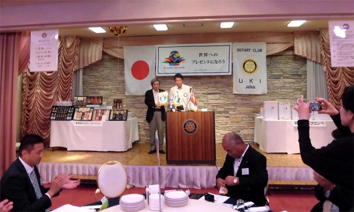 宇城クラブのバナーを竹永会長から受け取る永瀬直前会長(熊本東RC)
